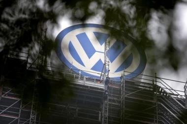 A Volkswagen logo stands on the roof of the company's headquaters in Wolfsburg, Germany October 7, 2015.  Volkswagen Chief Executive Matthias Mueller said in an interview with a German newspaper that the company would launch a recall for cars affected by its diesel emissions crisis in January and complete the fix by the end of next year. REUTERS/Axel Schmidt - RTS3D7E