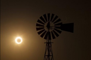 The moon passes between the sun and the earth behind a windmill near Albuquerque, New Mexico May 20, 2012. The sun and moon aligned over the earth in a rare astronomical event - an annular eclipse that dimmed the skies over parts of Asia and North America, briefly turning the sun into a blazing ring of fire. REUTERS/Lucas Jackson (UNITED STATES - Tags: SCIENCE TECHNOLOGY ENVIRONMENT SOCIETY)