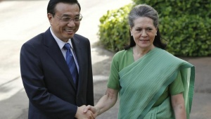 Chinese Premier Li Keqiang (L) shakes hands with Sonia Gandhi, chief of the ruling Congress party, before their meeting in New Delhi May 20, 2013. REUTERS/Adnan Abidi