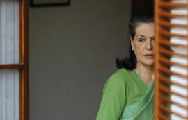 Sonia Gandhi, chief of India's ruling Congress party, waits to receive Chinese Premier Li Keqiang (not pictured) before their meeting in New Delhi May 20, 2013. REUTERS/Adnan Abidi