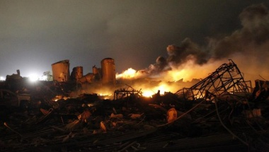 The remains of a fertilizer plant burn after an explosion at the plant in the town of West, near Waco, Texas early April 18, 2013. The deadly explosion ripped through the fertilizer plant late on Wednesday, injuring more than 100 people, leveling dozens of homes and damaging other buildings including a school and nursing home, authorities said.  REUTERS/Mike Stone   (UNITED STATES - Tags: DISASTER ENVIRONMENT AGRICULTURE TPX IMAGES OF THE DAY)