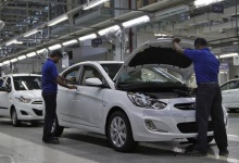 Workers assemble cars inside the Hyundai Motor India Ltd. plant at Kancheepuram district in Tamil Nadu October 4, 2012. REUTERS/Babu/Files