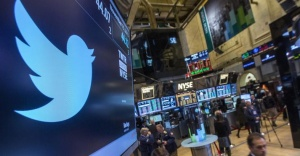 The Twitter symbol is displayed at the post where the stock is traded on the floor of the New York Stock Exchange, November 15, 2013.  REUTERS/Brendan McDermid/Files