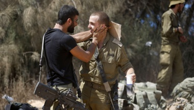 Israeli soldiers from the Givati brigade embrace after returning to Israel from Gaza August 4, 2014.  REUTERS/Baz Ratner