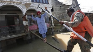 Indian army soldiers rescue a Sikh man (C) from his flooded house in Srinagar September 13, 2014. REUTERS/Adnan Abidi