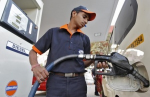 A worker fills diesel in a vehicle at a fuel station in  Ahmedabad January 17, 2013. REUTERS/Amit Dave/Files