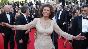 Actress Sophie Loren poses on the red carpet as she arrives for the screening of the film Deux jours, une nuit (Two Days, One Night) in competition at the 67th Cannes Film Festival in Cannes May 20, 2014.               REUTERS/Yves Herman/Files