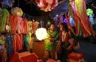 A vendor speaks to a customer at his roadside lantern stall at a Diwali market in Mumbai October 20, 2014. REUTERS/Danish Siddiqui