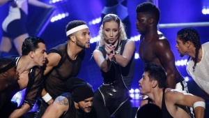 "Iggy Azalea (C) performs ""Beg for It"" during the 42nd American Music Awards in Los Angeles, California November 23, 2014. REUTERS/Mario Anzuoni"
