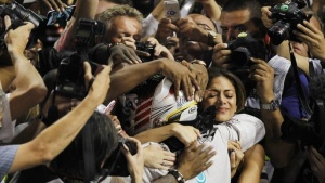 Mercedes Formula One driver Lewis Hamilton of Britain hugs his girlfriend Nicole Scherzinger after winning the Abu Dhabi F1 Grand Prix at the Yas Marina circuit in Abu Dhabi November 23, 2014.  REUTERS/Hamad I Mohammed