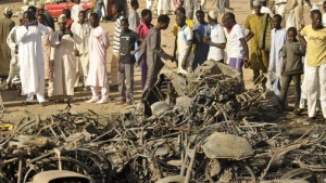 A crowd gathers at a scene of multiple bombings at Kano Central Mosque November 28, 2014. REUTERS/Stringer