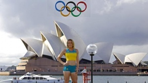 Australian Olympic team member Sally Pearson poses during the official launch of the team uniforms for the 2016 Rio Olympics, in front of the Sydney Harbour Bridge, Australia, April 19, 2016. REUTERS/David Gray/Files