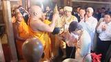 Japan's Abe visits Buddhist temple in Sri Lanka