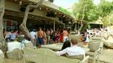 ギリシャ危機どこ吹く風、観光客でにぎわうミコノス島(字幕・30日)