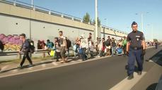Migrants march en masse along Hungary highway to Austria