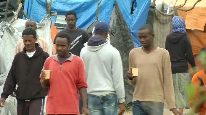 """Hollande vows to shut Calais """"Jungle"""" camp"""