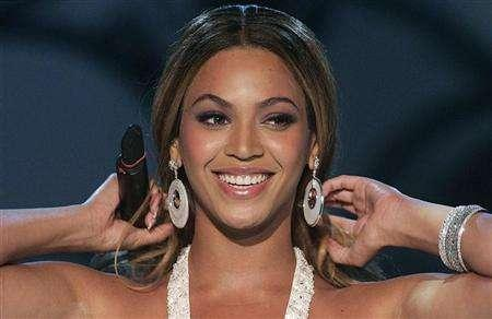 Beyonce Knowles smiles during the German television show 'Wetten, dass..?' (Bet it..?) in the southern German town of Friedrichshafen, January 20, 2007. REUTERS/Alexandra Beier