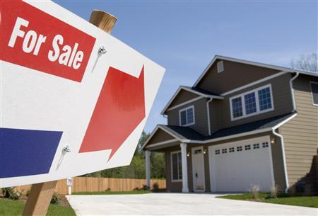 A sign points to a home for sale in a new subdivision in Vancouver, Washington, April 25, 2006. U.S. homeowners who bought using 100 percent financing, and those who took out ''home equity'' loans against the value of their properties, even though they have good credit ratings, could be the next to cause problems in the U.S. housing market. REUTERS/Richard Clement