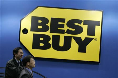 Customers walk past a Best Buy logo in Shanghai December 28, 2006. Best Buy Co. Inc.said on Tuesday it has agreed to buy Speakeasy Inc., an independent broadband voice, data and IT service provider, for about $97 million to strengthen its small business technology portfolio.REUTERS/Aly Song