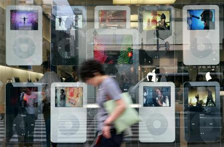 An Apple store in Tokyo, August 25, 2006. Major record companies are forcing Apple to curtail access to iTunes online stores across borders, leading to higher prices and less choice, the European Commission said on Tuesday. REUTERS/Kiyoshi Ota