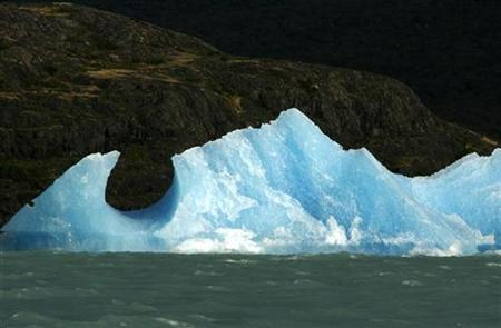 A mass of ice broken off the Upsala glacier floats on the waters of Lago Argentino in the Parque Nacional Los Glaciares, in the Patagonian province of Santa Cruz, March 27, 2007. Likely headlines predicting a global warming ''catastrophe'', ''disaster'' or ''cataclysm'' after a U.N. report due on Friday risk sapping public willingness to act by making the problem seem too big to tackle, some experts say. REUTERS/Enrique Marcarian