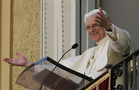 Pope Benedict XVI gestures during his Easter Monday Regina Coeli prayer from his summer residence in Castel Gandolfo, near Rome April 9, 2007. REUTERS/Tony Gentile