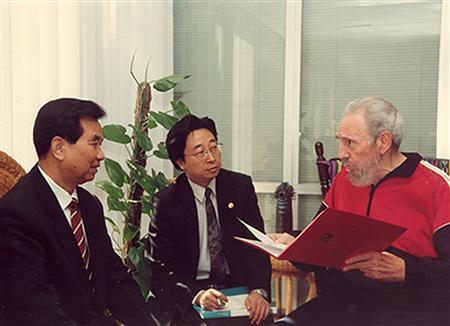 Cuban leader Fidel Castro (R) meets Wu Guanzheng (L), a member of the Standing Committee of China's Communist Party Politburo in Havana April 20, 2007. Convalescing Cuban leader Fidel Castro met Guanzheng for one hour on Friday, Cuban television said. The meeting with the highest-ranking Chinese official to visit Cuba in more than a year was the latest sign that Castro, who relinquished power temporarily to his brother last July after emergency stomach surgery, was recovering steadily and resuming some government duties. Picture taken April 20, 2007. REUTERS/Juventud Rebelde/Handout