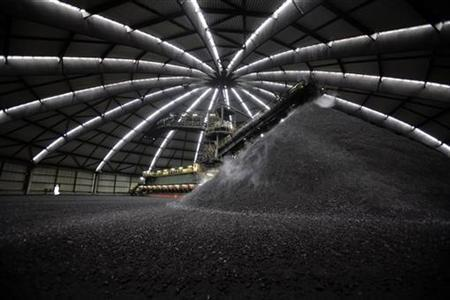 Coal is mixed in a coal mix hall at the Prosper II mine in Bottrop, Germany, January 30, 2007. New ways to gasify coal are emerging that could help reduce the cost of managing the fuel's greenhouse gas emissions, officials at small companies said. REUTERS/Kirsten Neumann