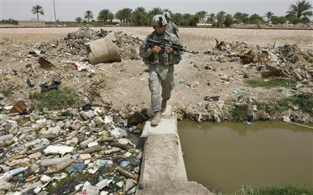 U.S. army soldiers with the 10th Mountain Division conduct a patrol in Mahmudiya, south of Baghdad April 26, 2007. REUTERS/Bob Strong