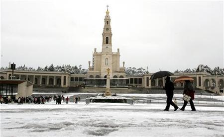 Fatima's Shrine is seen during a snowfall on the Sanctuary of Fatima, central Portugal January 29, 2006. Pilgrims to the holy shrine in Portugal are being given free maps of the site that show the Virgin Mary on one side and adverts for sex objects and aphrodisiacs on the other. REUTERS/Nacho Doce