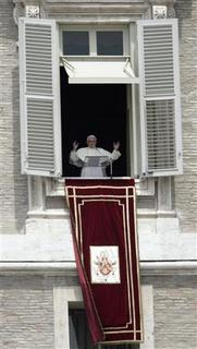 Pope Benedict XVI greets the crowd during his weekly Regina Coeli prayers over St. Peter's square at the Vatican May 27, 2007. REUTERS/Chris Helgren