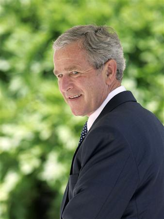 President George W. Bush looks at the media after arriving back at the White House in Washington May 29, 2007. REUTERS/Larry Downing