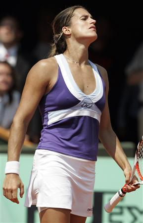 France's Amelie Mauresmo reacts during her match against Czech Republics's Lucie Safarova at the French Open at Roland Garros in Paris June 2, 2007. REUTERS/ Regis Duvignau