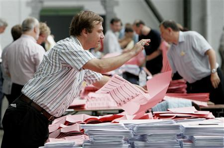 Election officials count votes of Belgian citizens living abroad for Belgium's general election in Brussels June 10, 2007. REUTERS/Thierry Roge