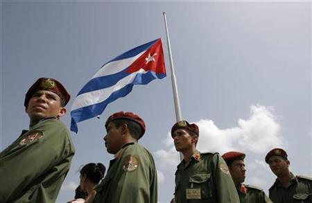 Soldiers line up in Havana June 19, 2007. Cuba was right to reject calls from the European Union for negotiations to improve relations until the EU scraps sanctions against the island, Cuban leader Fidel Castro said in an editorial published on Thursday. REUTERS/Claudia Daut
