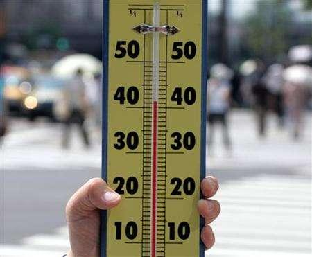 A thermometer shows the temperature soaring to a record high in Tokyo as an unprecedented heatwave hit the capital, with the mercury hitting an all-time high, in this file photo from July 20, 2004. Tapping a barometer to check the weather may become a thing of the past after the European Parliament on Tuesday adopted new rules to scrap the use of mercury and protect the environment. REUTERS/Toshiyuki Aizawa