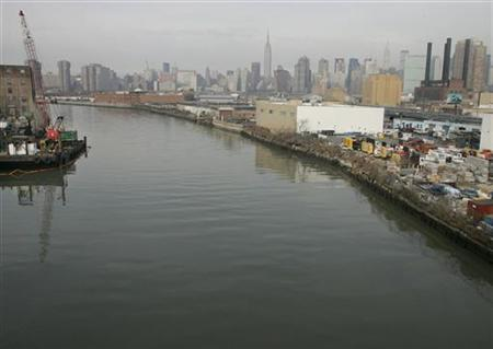 Newtown Creek flows between the boroughs of Brooklyn (L) and Queens (R) in New York, February 16, 2005. New York State Attorney General Andrew Cuomo filed a lawsuit on Tuesday against Exxon Mobil Corp. to force the cleanup of a decades-old oil spill in the creek. REUTERS/Peter Morgan