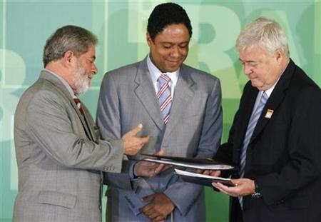 Brazil's President Luiz Inacio Lula da Silva (L) speaks to Sports Minister Orlando Silva (C) and the Brazilian Football Confederation's Ricardo Teixeira during a ceremony in which Lula da Silva signed a document that declares his government's backing of Brazil's candidacy to be host of the soccer World Cup in 2014, in Brasilia June 15, 2007. REUTERS/Jamil Bittar