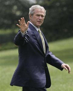 U.S. President George W. Bush waves on the South Lawn of the White House after returning to Washington from Camp David July 30, 2007. REUTERS/Yuri Gripas