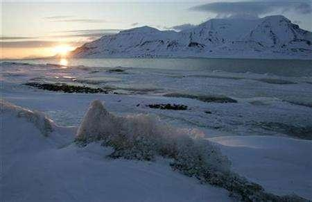 The sun shines low in the sky just after midnight over a frozen coastline near the Norwegian Arctic town of Longyearbyen, April 26, 2007. A record melt of Arctic summer sea ice this month may be a sign that global warming is reaching a critical trigger point that could accelerate the northern thaw, some scientists say. REUTERS/Francois Lenoir