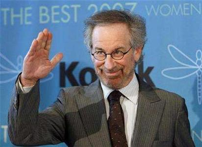 Steven Spielberg waves at the Women in Film 2007 Crystal and Lucy Awards in Beverly Hills, California June 14, 2007. Computers and photographs related to the production of director Spielberg's highly anticipated ''Indiana Jones'' film have been stolen, the Los Angeles Times reported on Wednesday. REUTERS/Mario Anzuoni