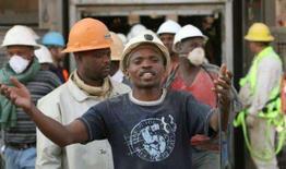 <p>O último dos 3.200 mineiros presos dentro de uma mina de ouro na África do Sul foi salvo nesta quinta-feira, encerrando um resgate iniciado com temores de que vidas haviam sido perdidas e encerrado com grande celebração. Foto em Carletonville, oeste de Johanesburgo, 4 de outubro. Photo by Siphiwe Sibeko</p>