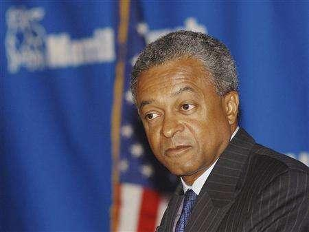 Merrill Lynch President and Chief Operating Officer Stan O'Neal is photographed in New York in this May 21, 2002 file photo. Merrill Lynch & Co Inc said on October 30, 2007, Chairman and Chief Executive Stan O'Neal retired and named board member Alberto Cribiore to serve as non-executive chairman. REUTERS/Chip East/Files