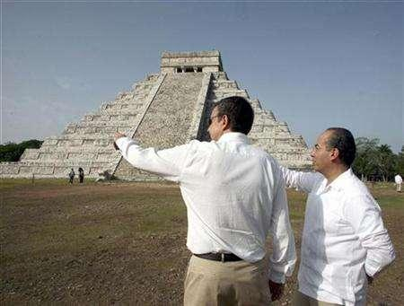 Mexico's President Felipe Calderon (R) talks to Spain's Prime Minister Jose Luis Rodriguez Zapatero during a visit to the Kukulkan pyramid at the Mayan ruins of Chichen Itza on Mexico's Yucatan peninsula July 15, 2007. REUTERS/Alfredo Guerreo/Presidency of Mexico/Handout