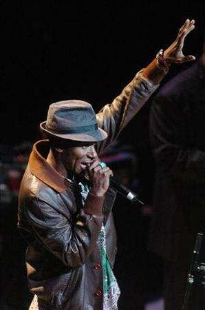 Mos Def performs a song about New York by Gil Scott Heron during the Freedom Concert presented by the American Civil Liberties Union at Lincoln Center in New York, October 4, 2004. REUTERS/Henny Ray Abrams