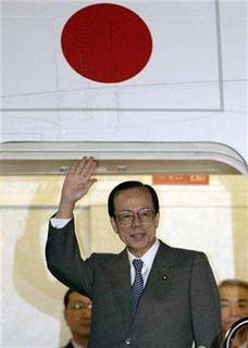 Japanese Prime Minister Yasuo Fukuda waves upon departure from Haneda Airport in Tokyo November 15, 2007. Fukuda plans to pledge more than $1.8 billion in loans for environmental projects in Asia during a meeting of East Asian leaders next week, a newspaper reported on Friday. REUTERS/Yuriko Nakao