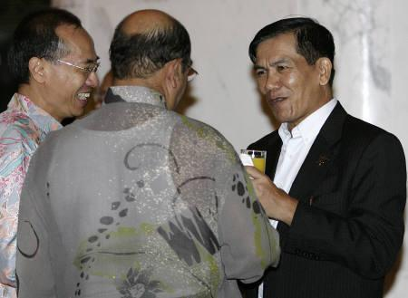 Myanmar's Foreign Minister Nyan Win (R) chats with his Singaporean counterpart George Yeo (L) and Malaysian counterpart Syed Hamid Albar before an informal dinner hosted by Yeo on the sidelines of the 13th ASEAN Summit in Singapore November 19, 2007. REUTERS/Tim Chong