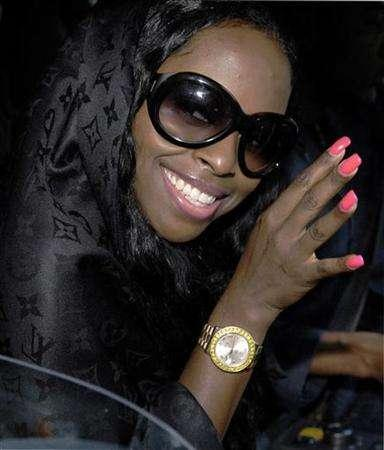 Rap artist Inga Marchand, also known as Foxy Brown, arrives at a superior court regarding assault charges, in New York October 24, 2006. Brown, who was sentenced to ''punitive segregation'' after committing three violations at Rikers Island prison, was released from solitary confinement this week for good behavior. REUTERS/Chip East