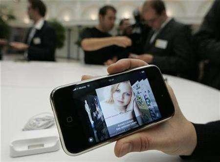 Journalists test an Apple iPhone following its introduction in Berlin September 19, 2007. Apple Inc's iPhone went on sale in France on Wednesday with operator Orange predicting nearly half a million users in a year. REUTERS/Fabrizio Bensch