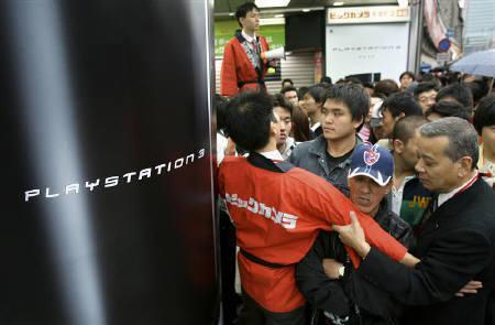 11月30日、ゲーム雑誌出版社のエンターブレインがまとめた11月のゲーム機国内販売状況によると、10月29日から11月25日までに、ソニーの「プレイステーション(PS)3」は約18万3200台だったのに対し、任天堂の「Wii(ウィー)」は約15万9200台だった。写真は昨年11月、東京の家電量販店で撮影(2007年 ロイター/Kiyoshi Ota)